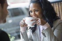 Mulher em um café em uma mesa — Fotografia de Stock