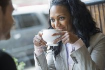 Жінка в кафе за столом — стокове фото