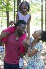 Dos padres y un niño en el bosque - foto de stock