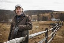 Uomo in fattoria in inverno . — Foto stock