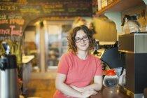Mujer por la máquina de café - foto de stock
