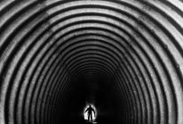Пешеходный тоннель с силуэт мужчины — стоковое фото
