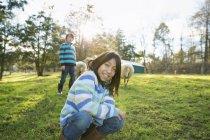 Двое детей в убежище для животных — стоковое фото