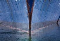Корпус корабля в воде — стоковое фото