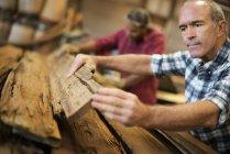 Uomini che lavorano recupero legname officina — Foto stock