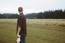 Uomo che lavora nella fattoria del mirtillo rosso — Foto stock