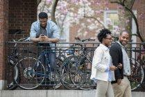 Rack de bicicleta com bicicletas bloqueadas — Fotografia de Stock