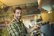 Человек делает кофе . — стоковое фото