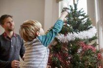 Украшение рождественской елки — стоковое фото
