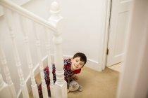 Junge sitzt auf der Treppe — Stockfoto