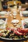 Plateau de fruits de mer avec homard et palourdes — Photo de stock
