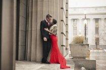 Пара целоваться на ступенях здания — стоковое фото