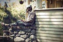 Homme assis dans un coin calme d'un porche — Photo de stock