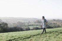 Жінка вигулює на високому місці — стокове фото