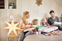 Famiglia su apertura di mattina di Natale presenta — Foto stock