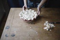 Donna che fa la torta fatta in casa — Foto stock
