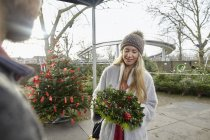 Woman hoilding a Christmas decorated wreath — Stock Photo