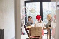 Familie sitzen an einem Tisch am Weihnachtstag — Stockfoto