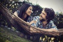 Mann und Frau liegen in einer großen Hängematte — Stockfoto