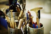 Pentole di metallo piene di utensili manuali — Foto stock