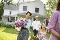 Sommerliches Familientreffen auf einem Bauernhof. — Stockfoto