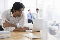 Environnement d'affaires, un milieu de travail de bureau — Photo de stock