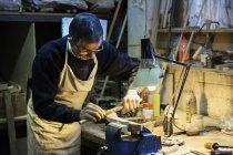 Homme travaillant sur un morceau de bois — Photo de stock