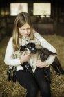 Menina e cordeiros recém-nascidos — Fotografia de Stock