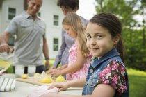 Дети, сделать лимонад — стоковое фото