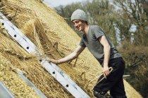 Молодой человек соломенная крыша — стоковое фото