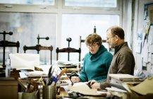 Люди работают в книжном переплетном цехе . — стоковое фото