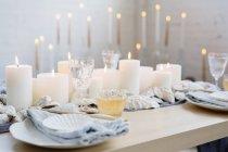 Украшение стола с зажженными свечами — стоковое фото