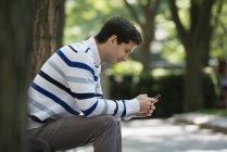 Людина перевірка смарт-телефон для повідомлень — стокове фото