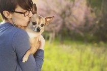 Женщина Холдинг маленький чихуахуа собаки — стоковое фото