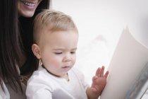 Беременная женщина, играя с сыном — стоковое фото