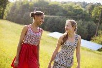 Jeunes filles sur la ferme — Photo de stock