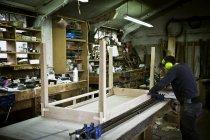 Homme travaillant dans l'atelier d'un fabricant de meubles — Photo de stock