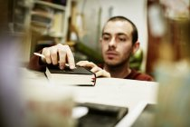 Людина з інструментом на обкладинці книги — стокове фото