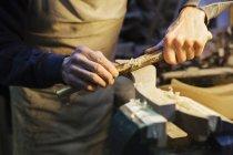 Чоловік працює на шматок дерева — стокове фото
