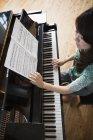 Жінка грає на величному піаніно — стокове фото