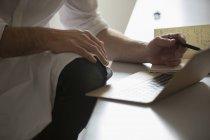 Человек, работающий на ноутбуке . — стоковое фото