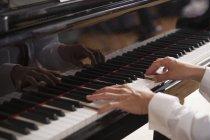 Nahaufnahme der Hände eines Pianisten — Stockfoto