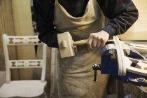Чоловік працює на дерев'яні стільці — стокове фото