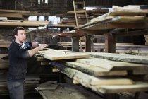 Uomo che lavora in un laboratorio di falegnameria — Foto stock