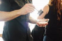 Colorista che tiene piatto della tintura di colore dei capelli — Foto stock