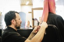 Волос стилист обрезки концы волос — стоковое фото