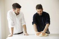 Пекарів замішування тіста хліб. — стокове фото