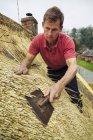 Homem Sapé um telhado — Fotografia de Stock
