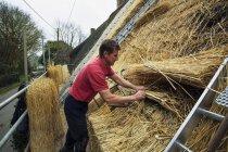 Человек соломой крышу — стоковое фото