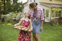 Mädchen hält Blech mit frisch gebackenen Plätzchen — Stockfoto